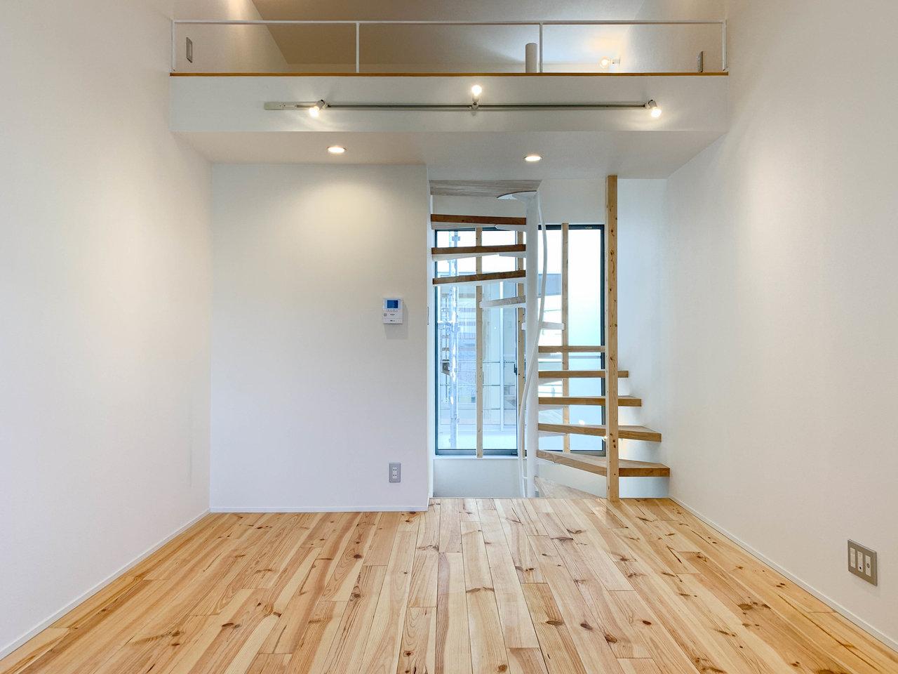 こちらも1件目と同じ建物内の物件。ですが間取りはまた少し違います。2階+ロフトという構造です。1階の土間スペースは収納と寝室に、2階をリビングにしましょう。玄関横の寝室が気になる方は、ロフトを寝室にしてもいいですね。