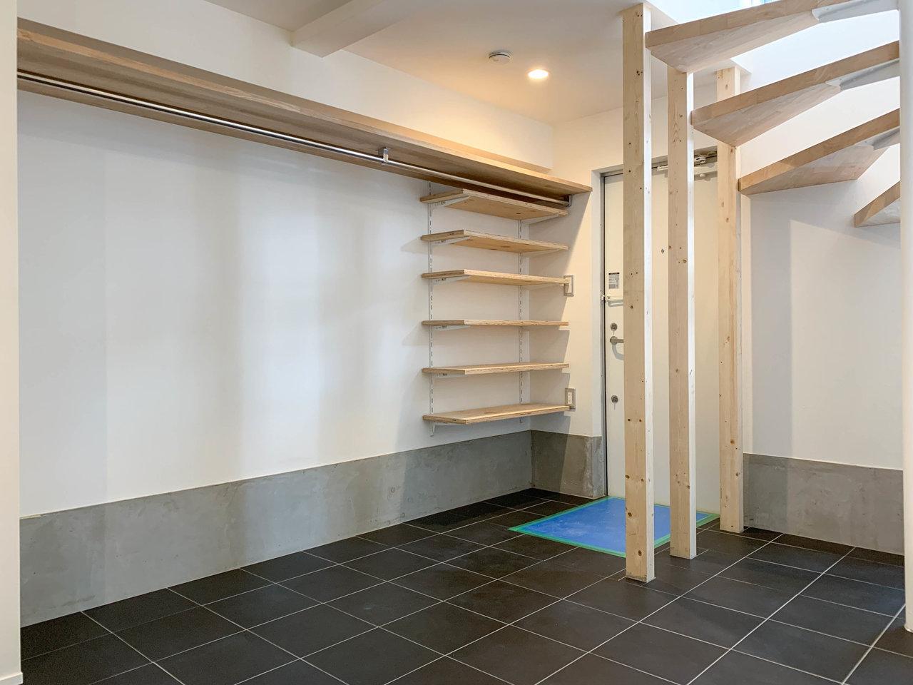玄関のある1階にはオープンタイプの収納棚が。かなり広々と使えそうです。土間になっているので、自転車やアウトドア用品なども気兼ねなく置けそうです。