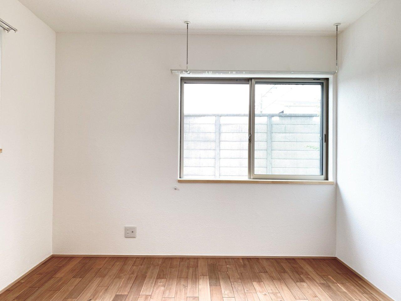 もう一つの部屋も6畳あるので、ダブルベッドも置けそうです。木の香りがたっぷりします……!