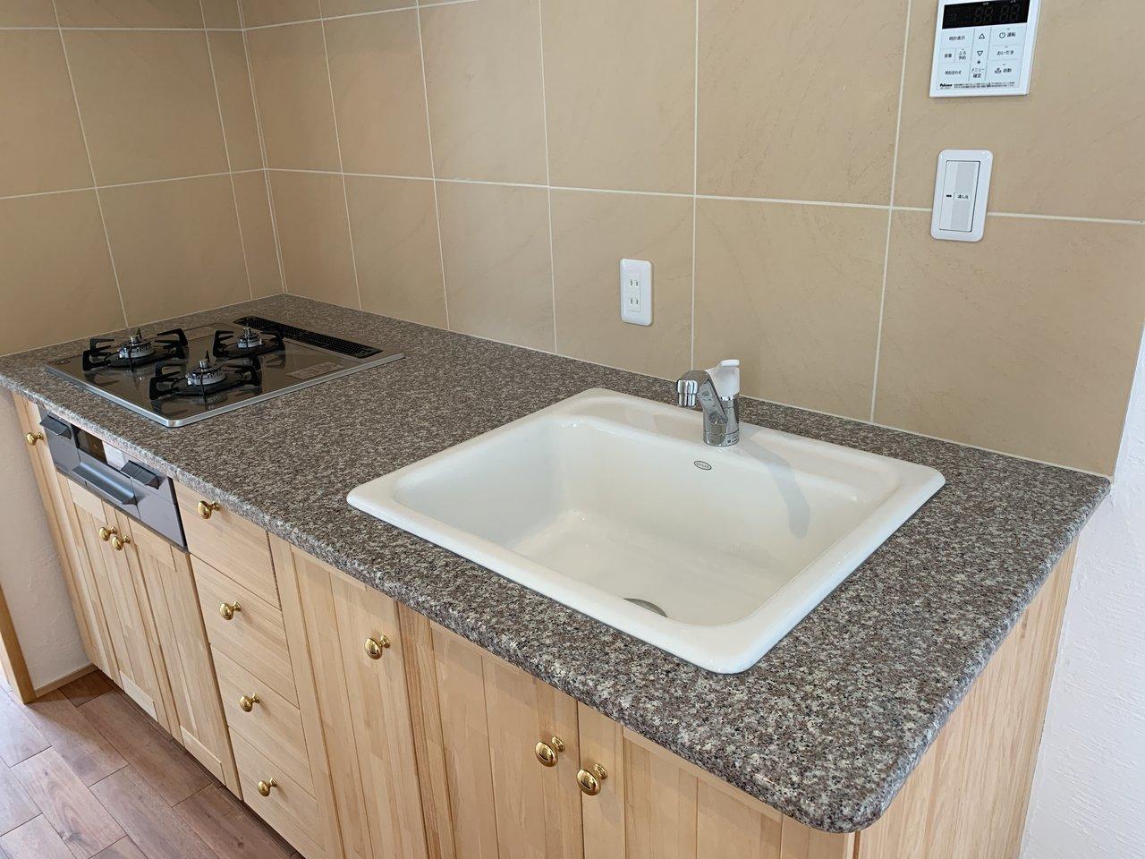 キッチンの棚にも木が使われていましたよ。機能性も高く、自炊がはかどりそうなキッチンです。