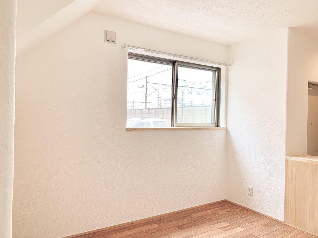 リビングには小窓が。この下にダイニングテーブルを置けば、毎日明るい食卓が待っています。