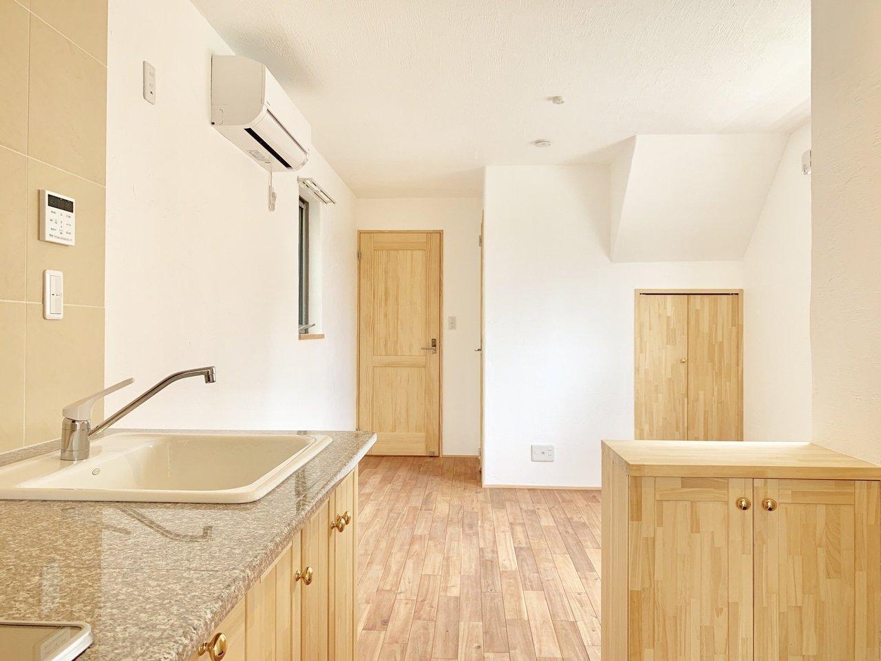 無垢材をふんだんに使用した、木のぬくもりを感じるお部屋。1LDKで、リビングと寝室がキッチンを挟んで分かれているので、生活する時間が異なる2人ちょうどいいかも。