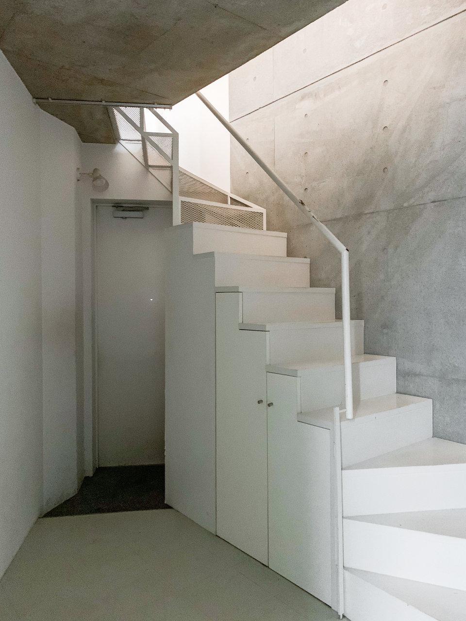 階段下のスペースは3.5畳ほど。ラックは本棚などをこちらに置けば、2階は自由に広々と使えそうです。階段下も収納棚になっていますよ!