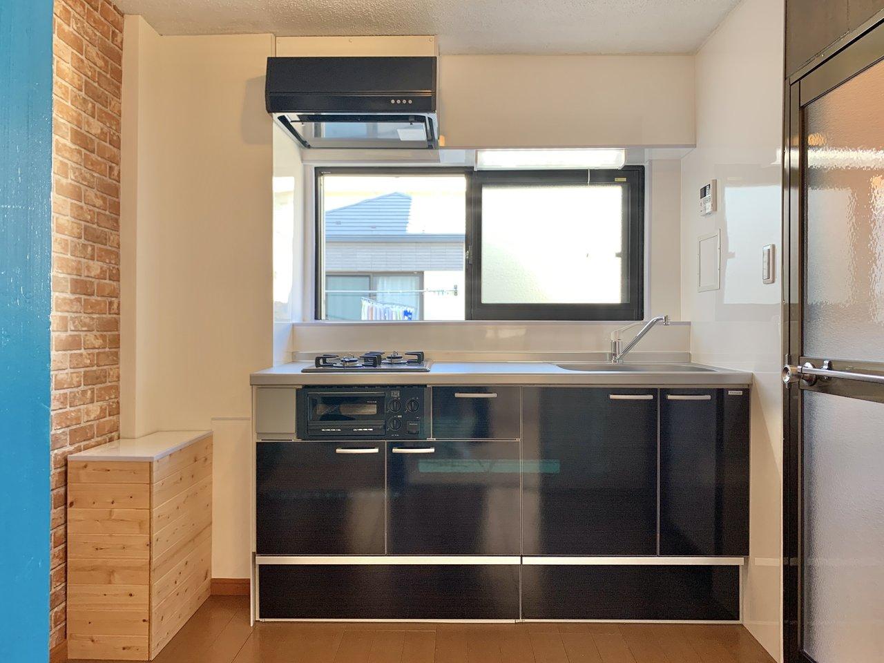 キッチンには小窓がついていて、さらに広さは4.5畳分もあるんです。二人仲良く並んで料理も容易にできそうですね。