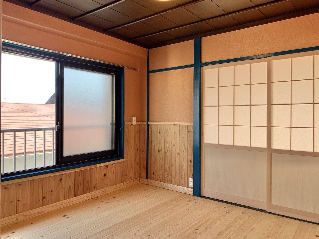 元々は和のテイストだったお部屋を大胆にリノベーション。畳ではなくヒノキの無垢材を使用した床になりました。まさに和と洋の融合!