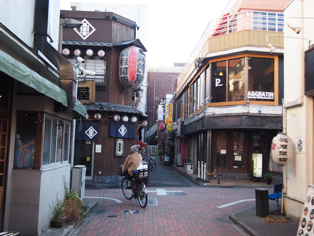 駅周辺も多くのお店が集まっています。飲屋街も要チェック!