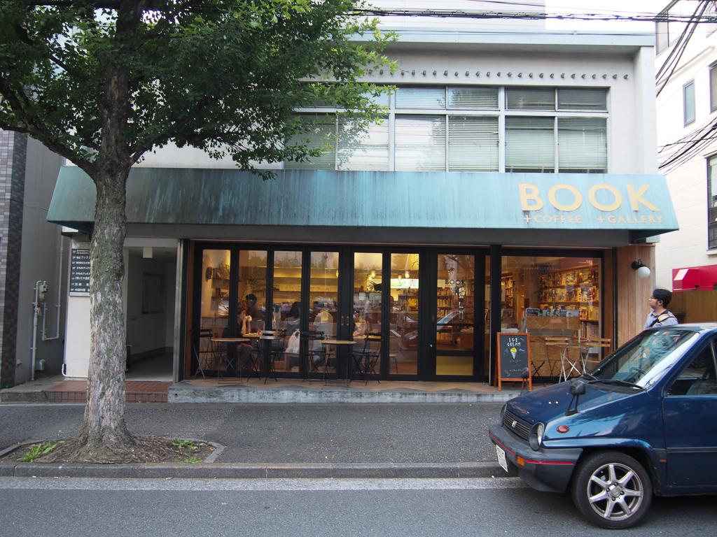 神楽坂駅前には人々の憩いの場所となる書店「かもめブックス」があります。
