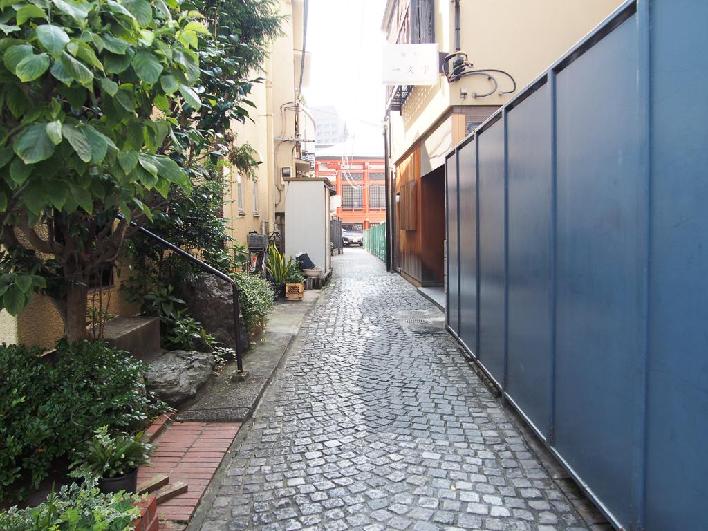 パリの街角を思わせるような石畳の坂道に、隠れた名店がたくさん。