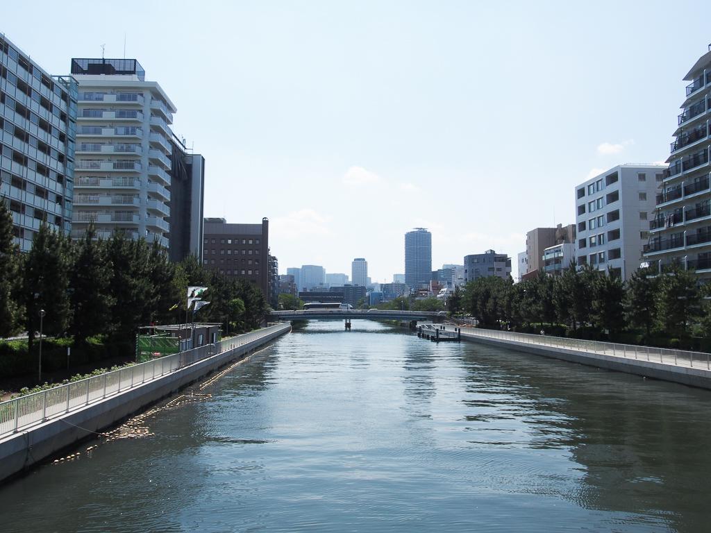 清澄白河は川が近い街。お気に入りのお店でコーヒーをテイクアウトしてのんびりお散歩もおすすめです。春は桜の名所にも。