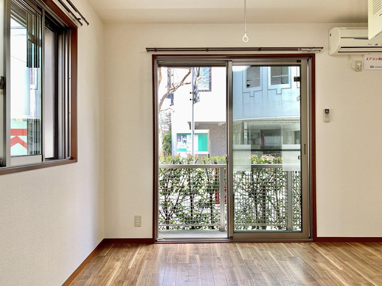 外の緑が目に優しいお部屋をご紹介。居室自体はコンパクトですが、水回りはすべて独立していますし、キッチンもなかなかの広さで暮らしやすいと思います。徒歩約5分と駅まで近いのもうれしい。
