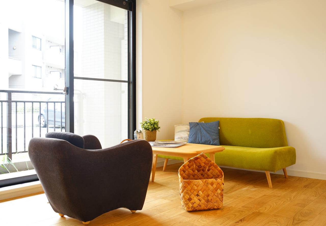 ありそうでなかった形の「AO SOFA」(奥の緑のもの)、小さなお部屋にちょうどいいサイズ感の「ミニ ミラー アームチェア」(手前の黒のもの)もロングセラー商品。