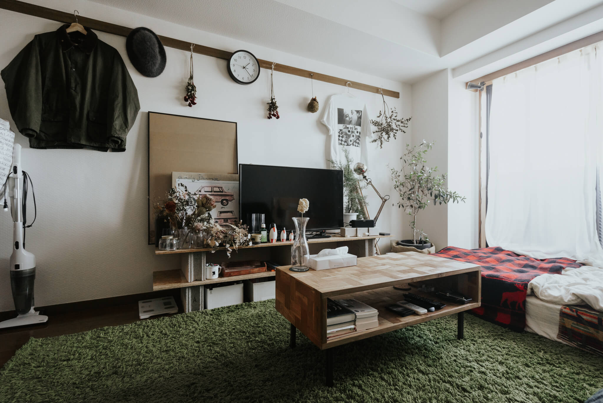 木目が美しいコーヒーテーブル。(このお部屋はこちら)