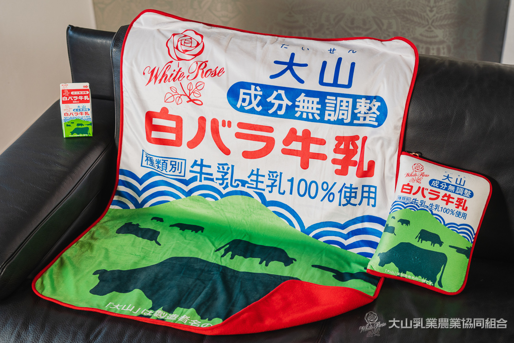 約50年間変わらないデザインで鳥取県民に親しまれている大山牛乳が販売する「白バラ牛乳を使用した商品は、今回が初めて。シュークリームや牛乳の販売だけでなく、愛らしいパッケージデザインをアレンジした白バラ牛乳のグッズ販売も行われますよ。