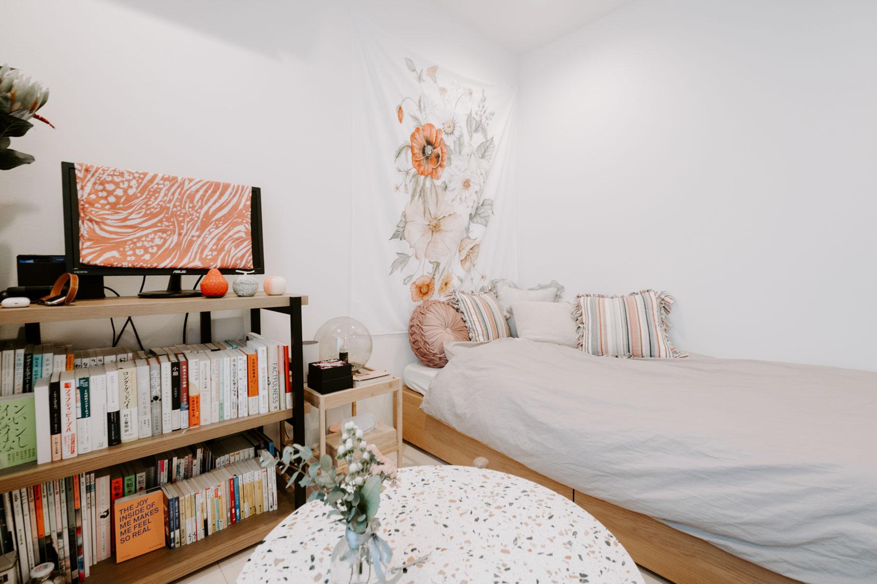 壁には印象的なフラワーモチーフの布を飾って。