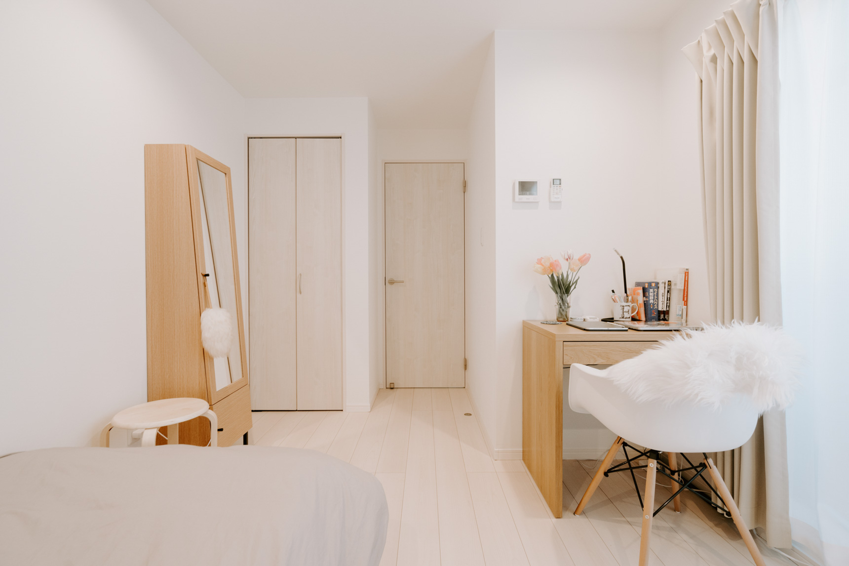 ベッドに本棚、ローテーブルと、それに小さなデスクまで。コンパクトな空間に、必要なものがしっかりおさまっていますね。
