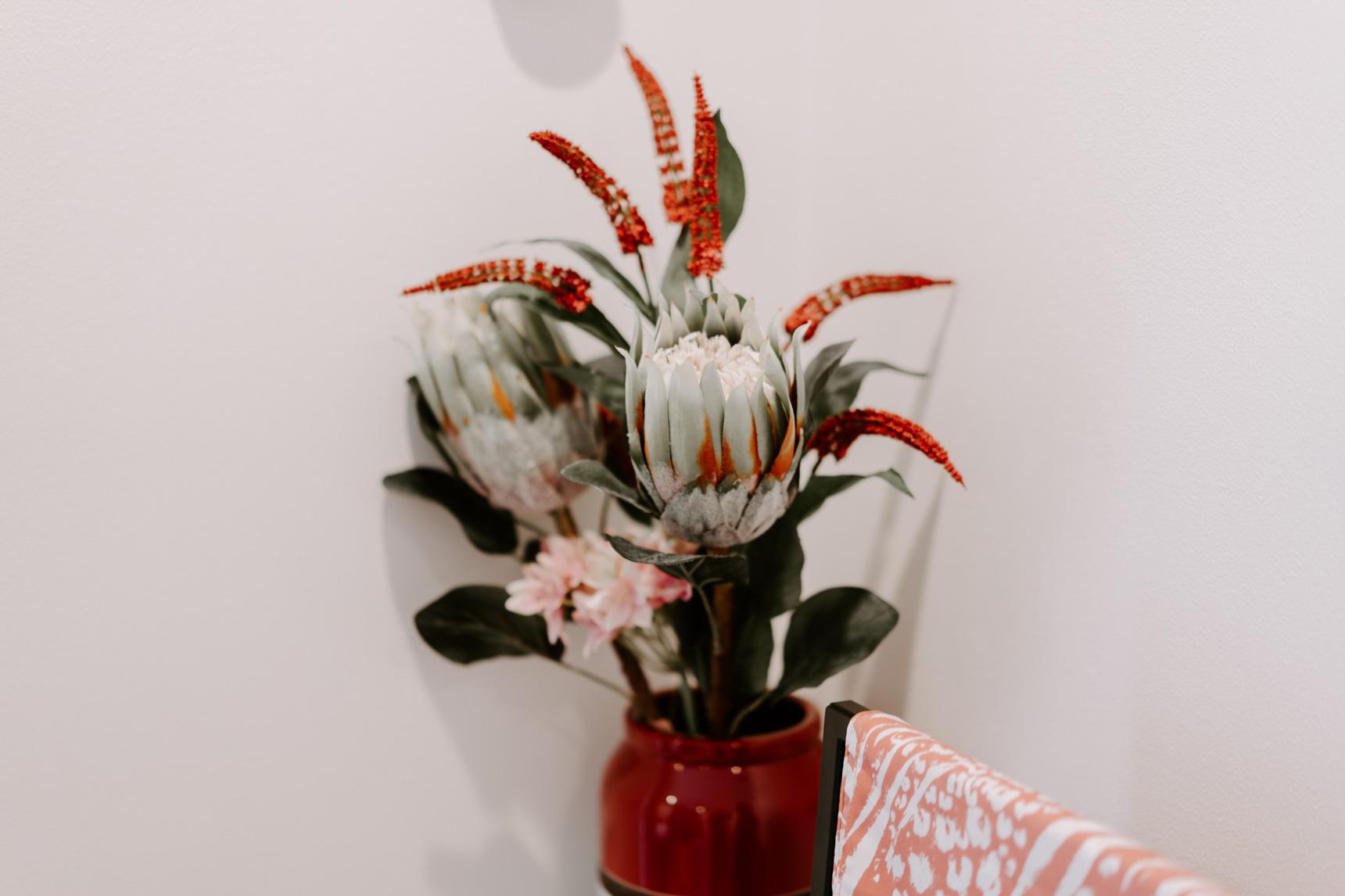 テーブルや、本棚の上にはお花を飾って。