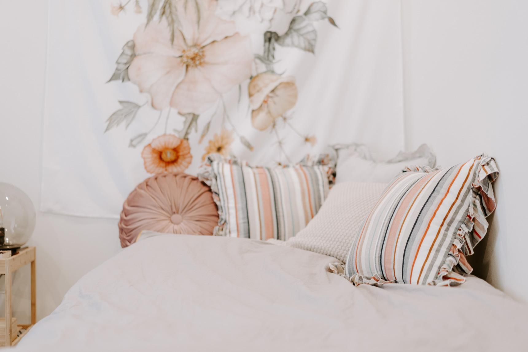壁にかけられた布ともよくコーディネートされているベッドのクッション。「リネン類が一番気軽に変えやすいので、ガラッと変えてみることもあります」
