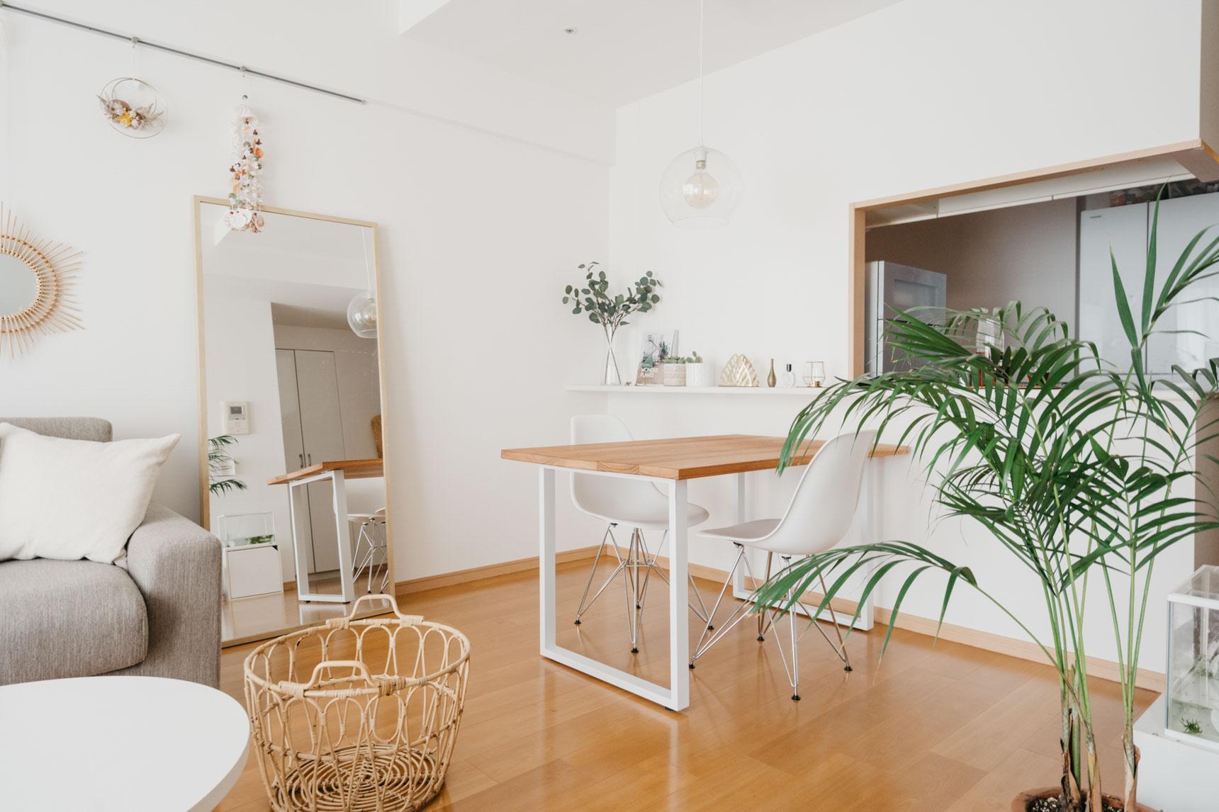 ふだんは2人で、お客さんが来たら4人でも使える「ちょうどいいサイズ」を求めて、自分で天板と脚を用意してDIYしたダイニングテーブル。カウンターキッチンにくっつけて、家事動線をスムーズに。