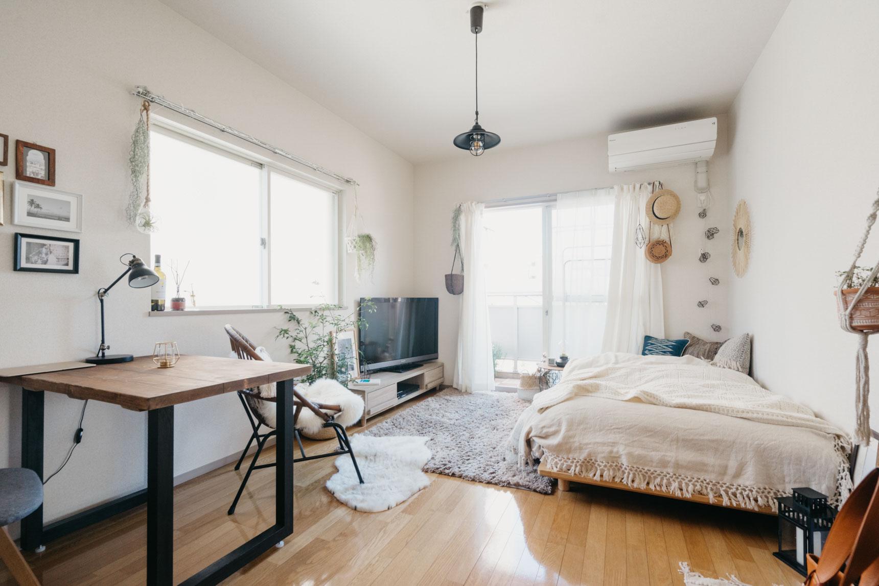 一人暮らしのワンルームでも、ローテーブルは置かず、ダイニングテーブルを中心に生活するのも良いです。