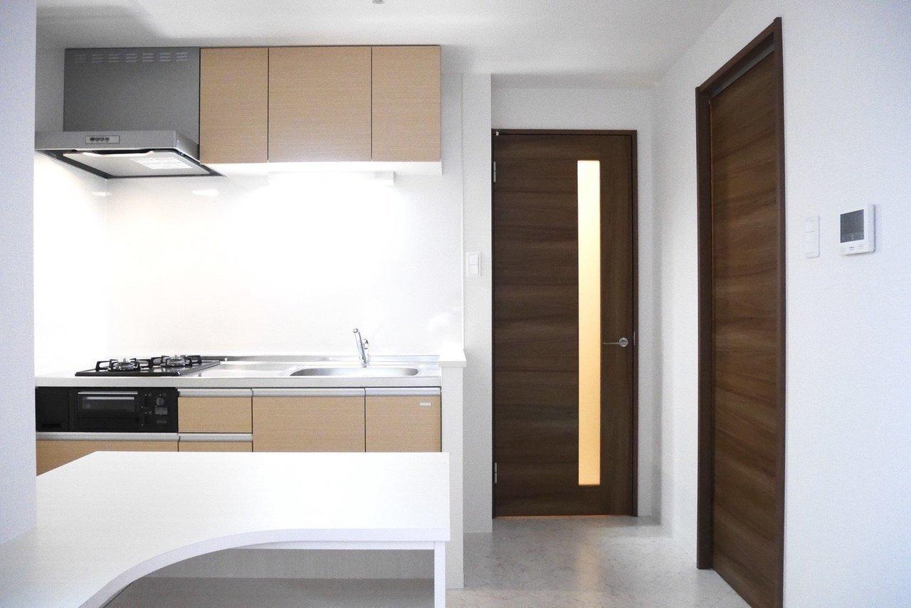 洋室から続くキッチンフロアも、シンプルとしていていい感じ。シンクも広々、2口コンロでグリル付きのキッチンは、自炊派のあなたを助けてくれそうです。