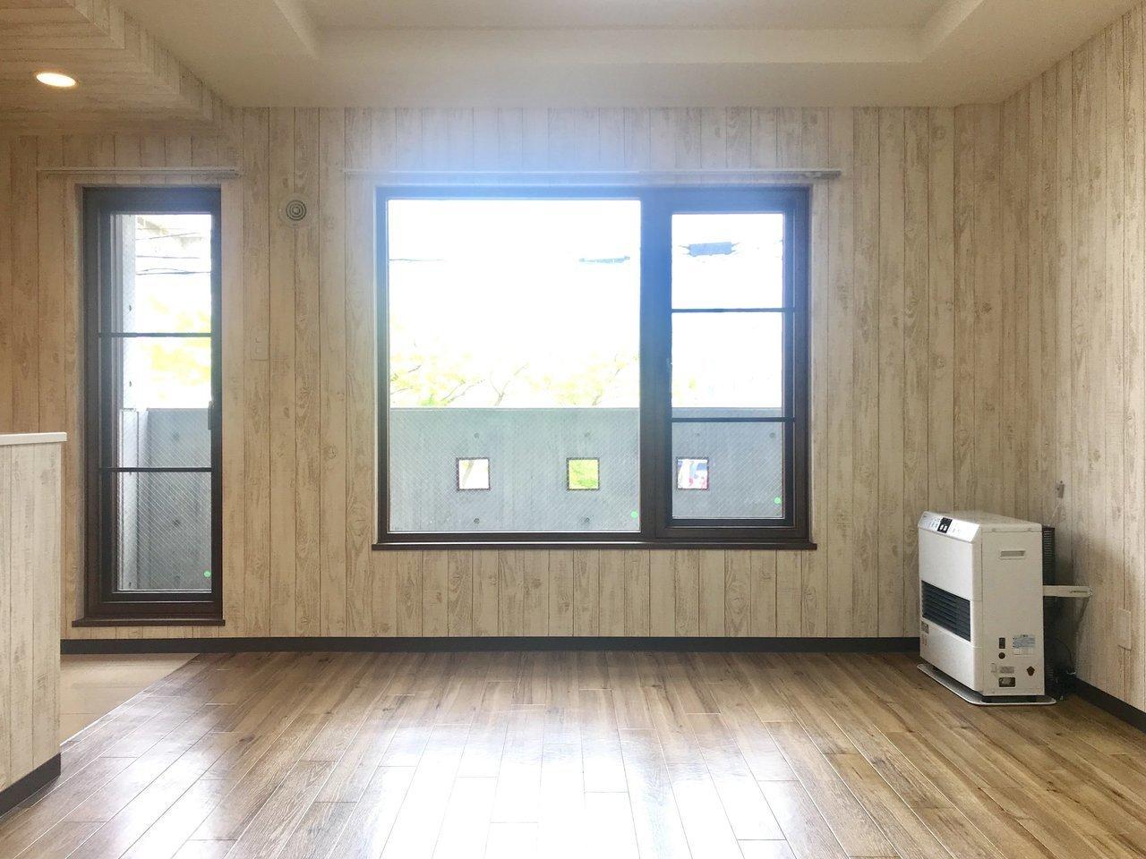 玄関から入ってまずこの景色が見えます。大きなバルコニーに面した窓からは、光がたくさん差し込みますよ。山の中のコテージにやってきた気分です。インテリアもナチュラルなもので統一してもいいかも。