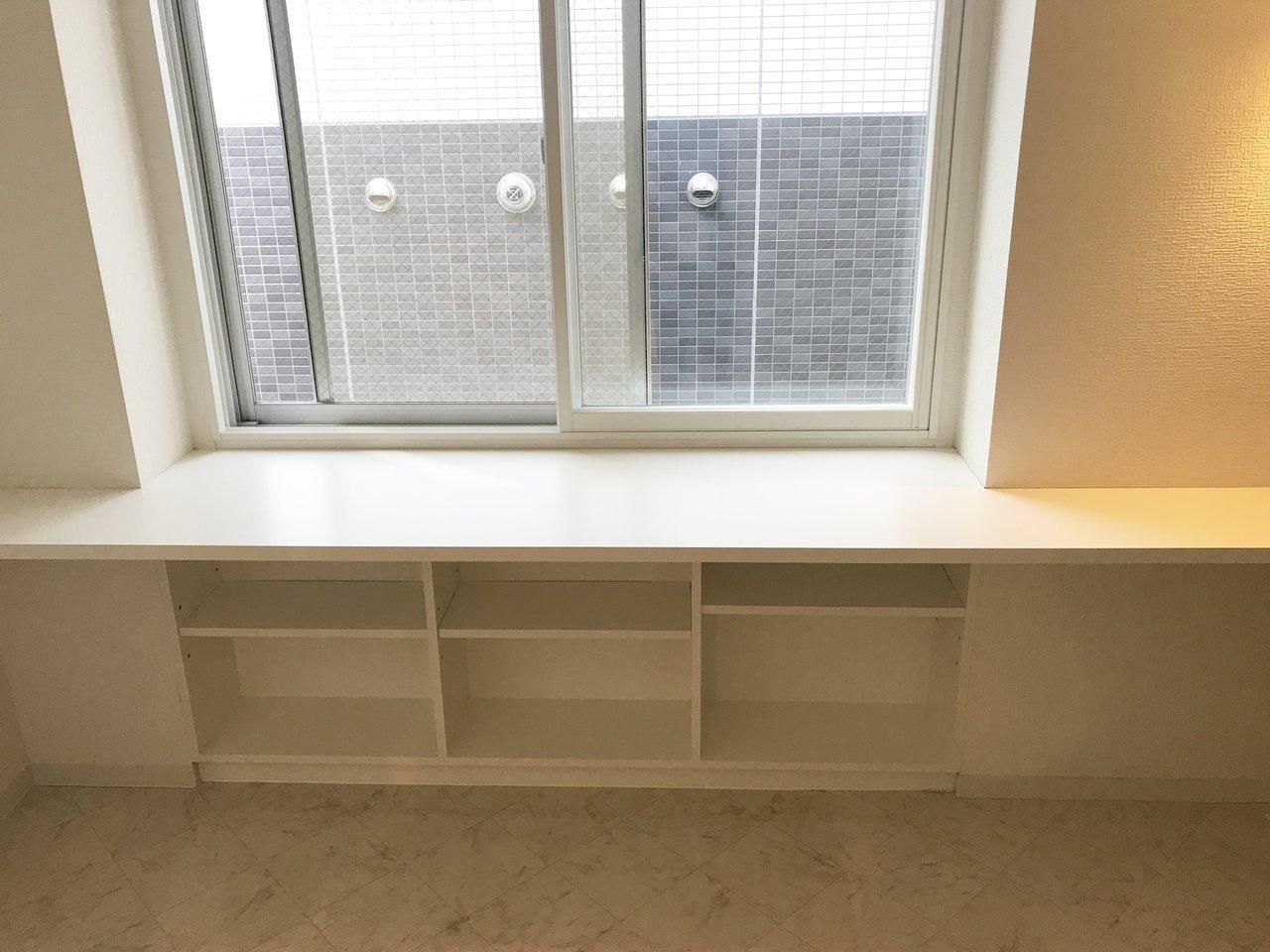 窓下にある棚は、本などの収納スペースに活用しましょう。ほかにも洋室には大き目のクローゼットもありますよ。