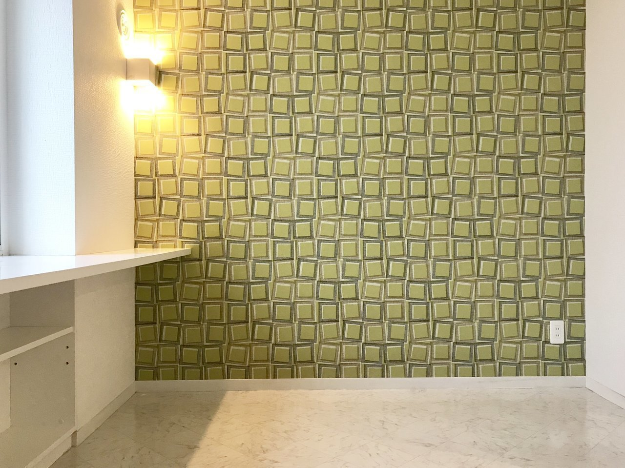 薄い緑色の個性的なアクセントクロスがあなたをお出迎え。これだけで他にはない、素敵な暮らしをしていそうな雰囲気になるから不思議です。洋室は7.3畳あるので、ソファやベッドも両立できそう。