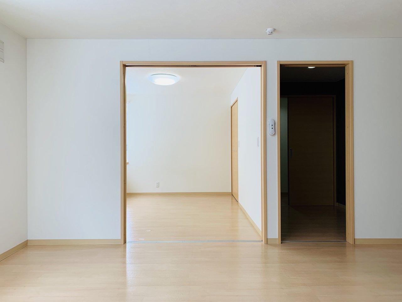 洋室と寝室の間の扉を開け放せば、かなり開放感のある印象に。寝室側も6畳あるので、ダブルベッドを置いても十分な広さ。贅沢に一人暮らしを楽しみましょう!
