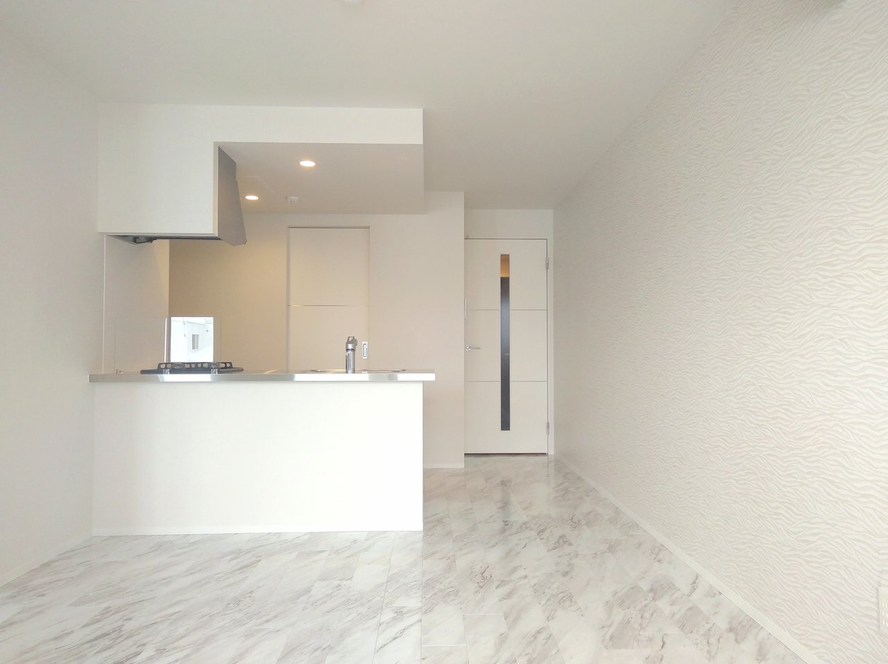 最後にご紹介するのは、40㎡超えの広々1LDK。白を基調としていて、部屋全体に高級感が漂います。キッチンも開放的。毎日ここに立つのが気持ち良くて、早起きできそうです。