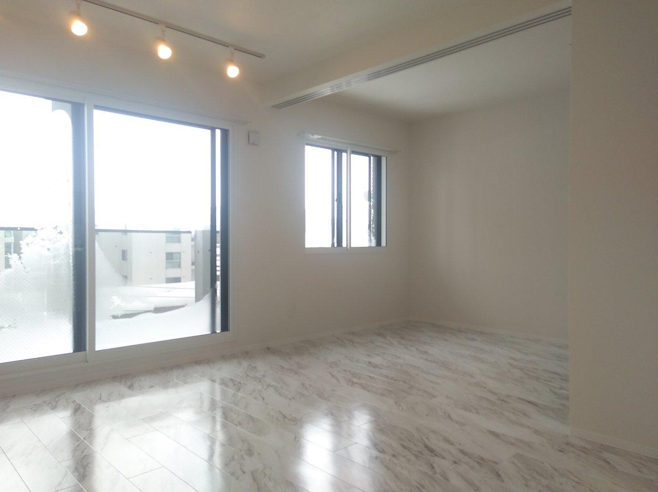9畳の洋室と、6畳の寝室。引き戸を開け放せば、一気に15畳分の広さに!寝室も上手に魅せることができるなら、この方が開放感があって良さそうです。