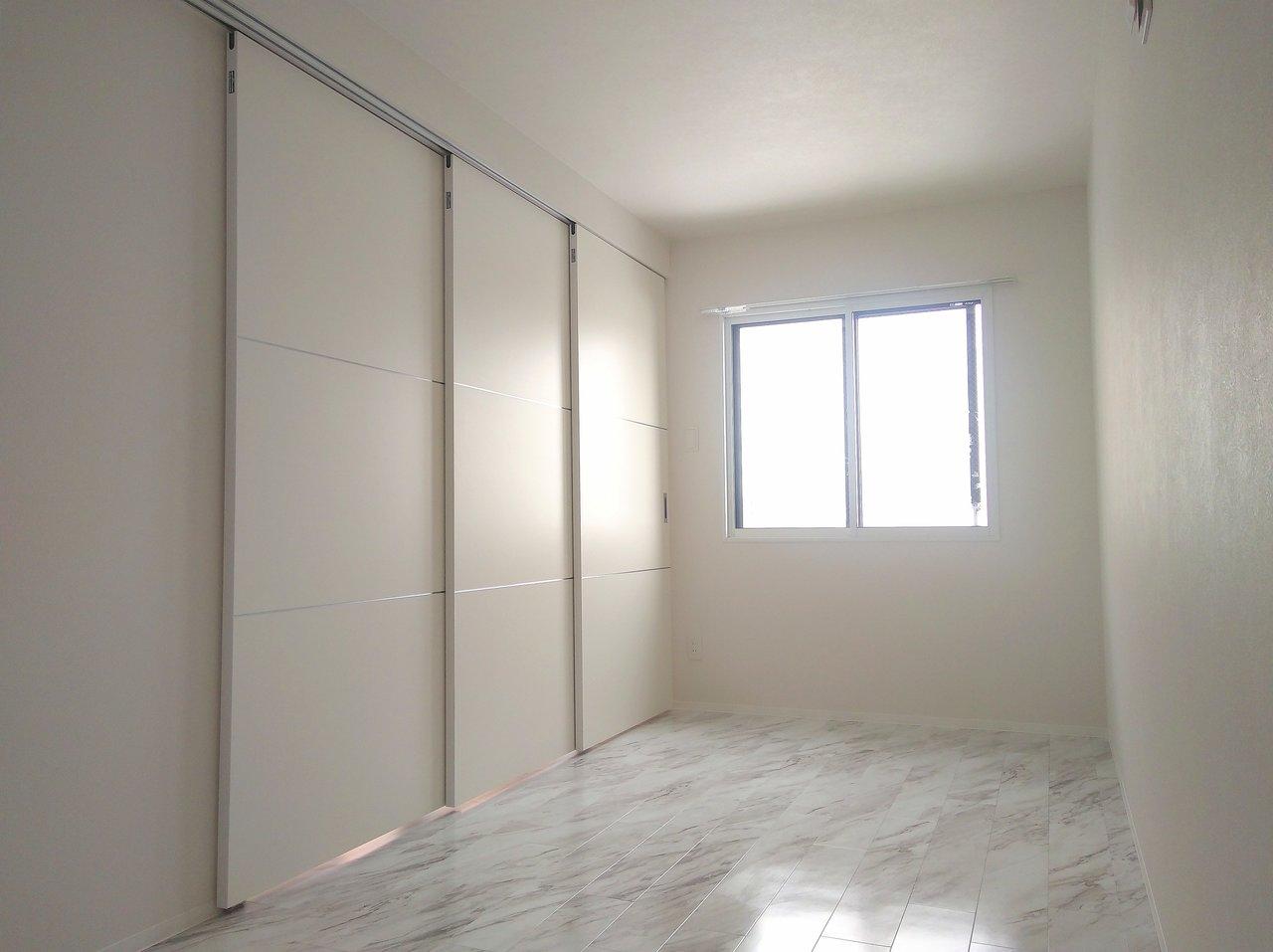 扉を閉めた後の寝室はこんな感じ。窓もあるので、換気もできますよ。