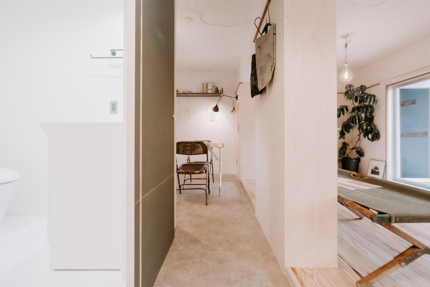 拝見したのは、1DK、37.35㎡のお部屋。玄関からキッチンまでが土間でつながっている、おもしろい間取りです。