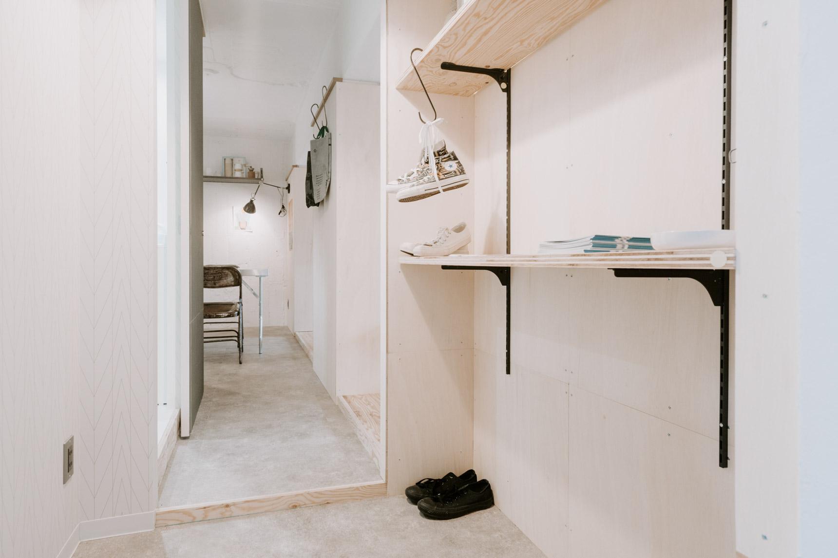 例えば、壁はベニヤ仕上げなので釘を打つことが可能。こんな風に、有孔ボードや棚受けレールをつけて、自分だけの収納を作ることも。