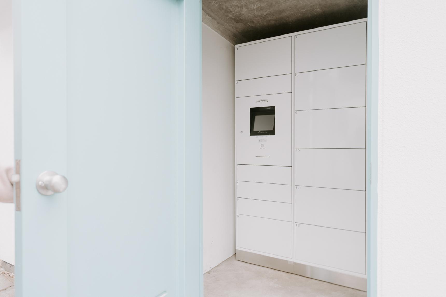 仕事で毎日遅くても安心できるように、共用スペースには宅配ボックスも完備しています。