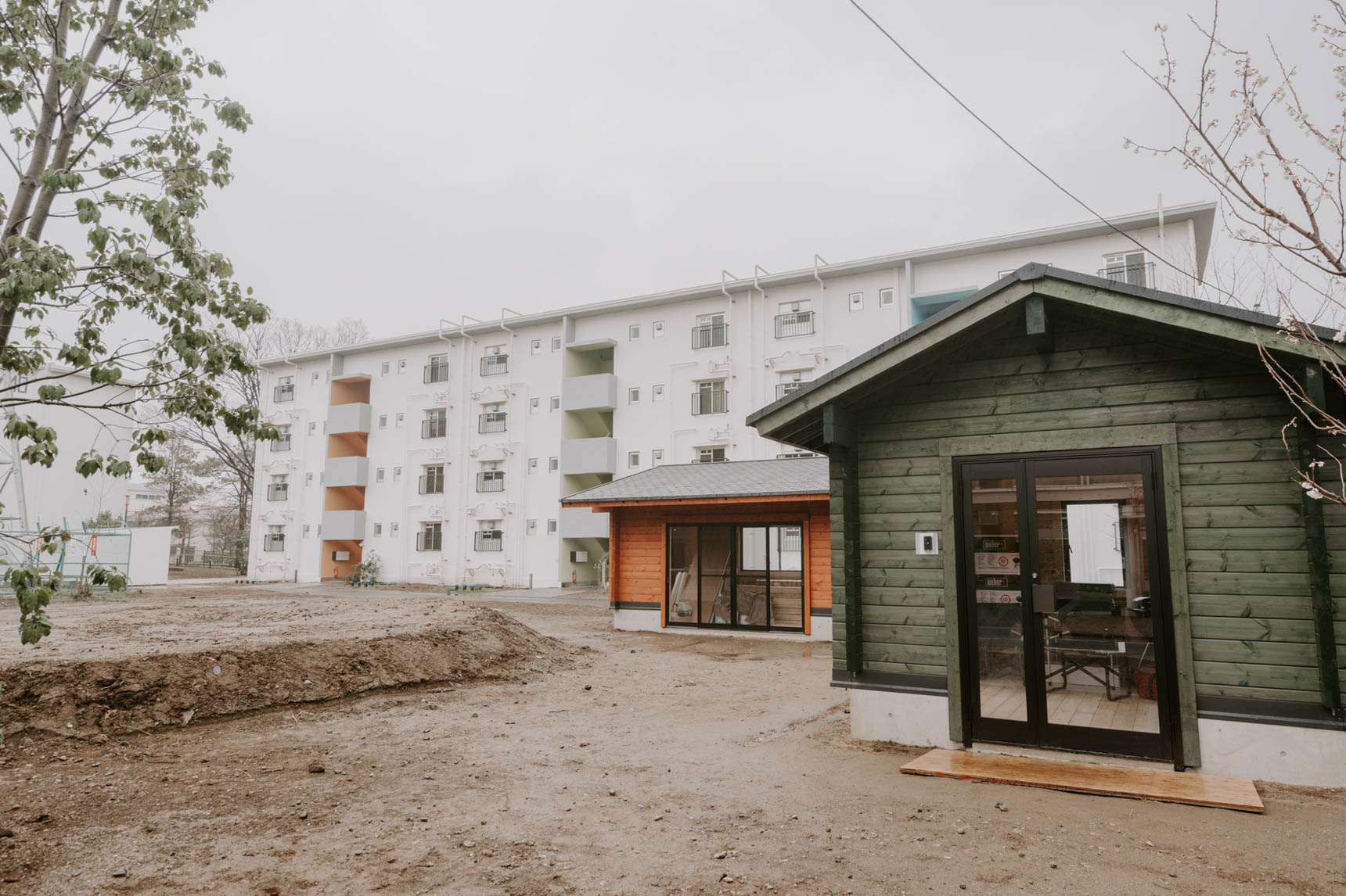 クローバー原っぱになる予定の共用庭にはログハウスが2つ。