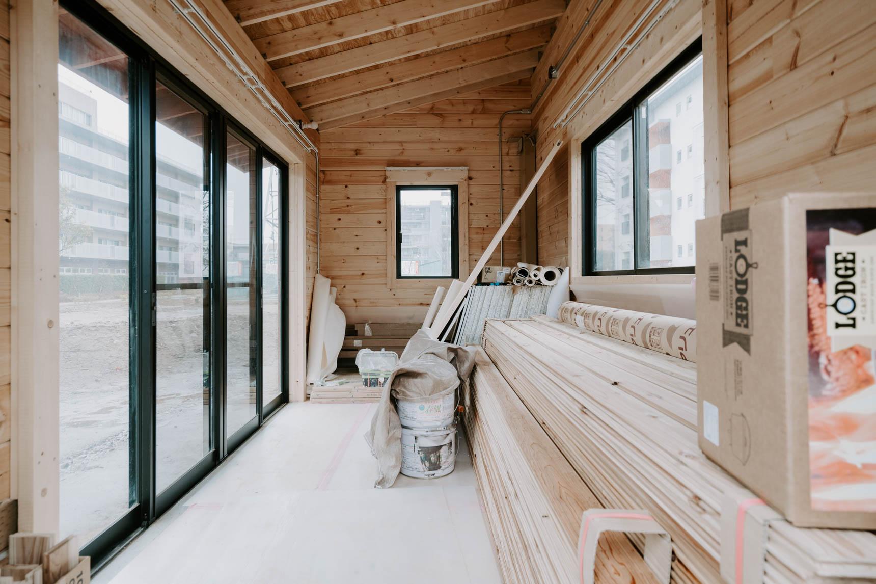 さらに、共用部には入居者さんみんなで共有する「ログハウス」があるのですが、現在、リノベーション工事の際に余った床材や塗料が格納されています。早い者勝ちでDIYに活用可能とのこと。これは急がなくちゃ!