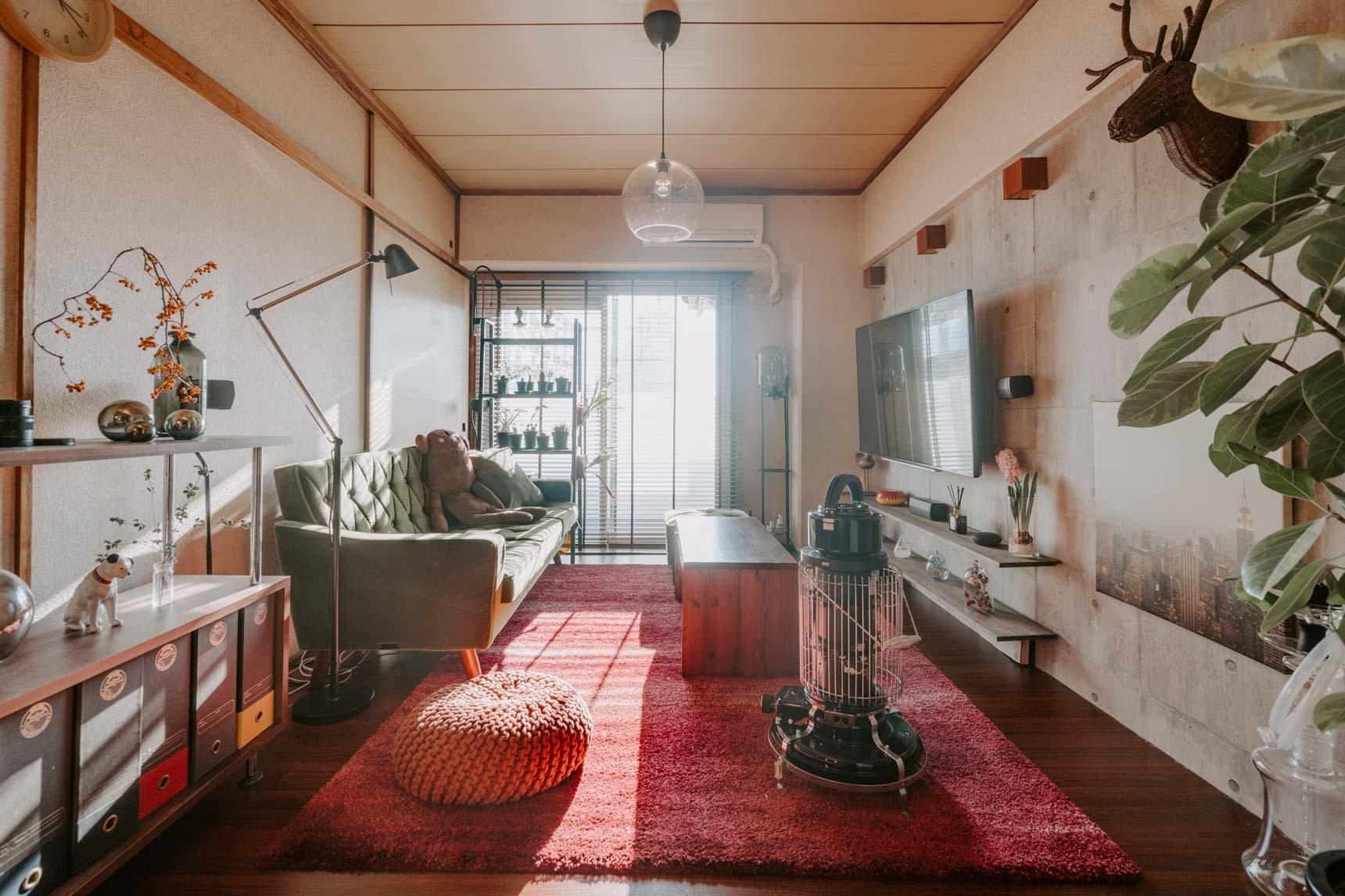 3つある居室は順番に改装中。ダイニングに続く一番陽当たりの良いお部屋は、居心地の良いカリモクのソファが置かれたリビング空間。