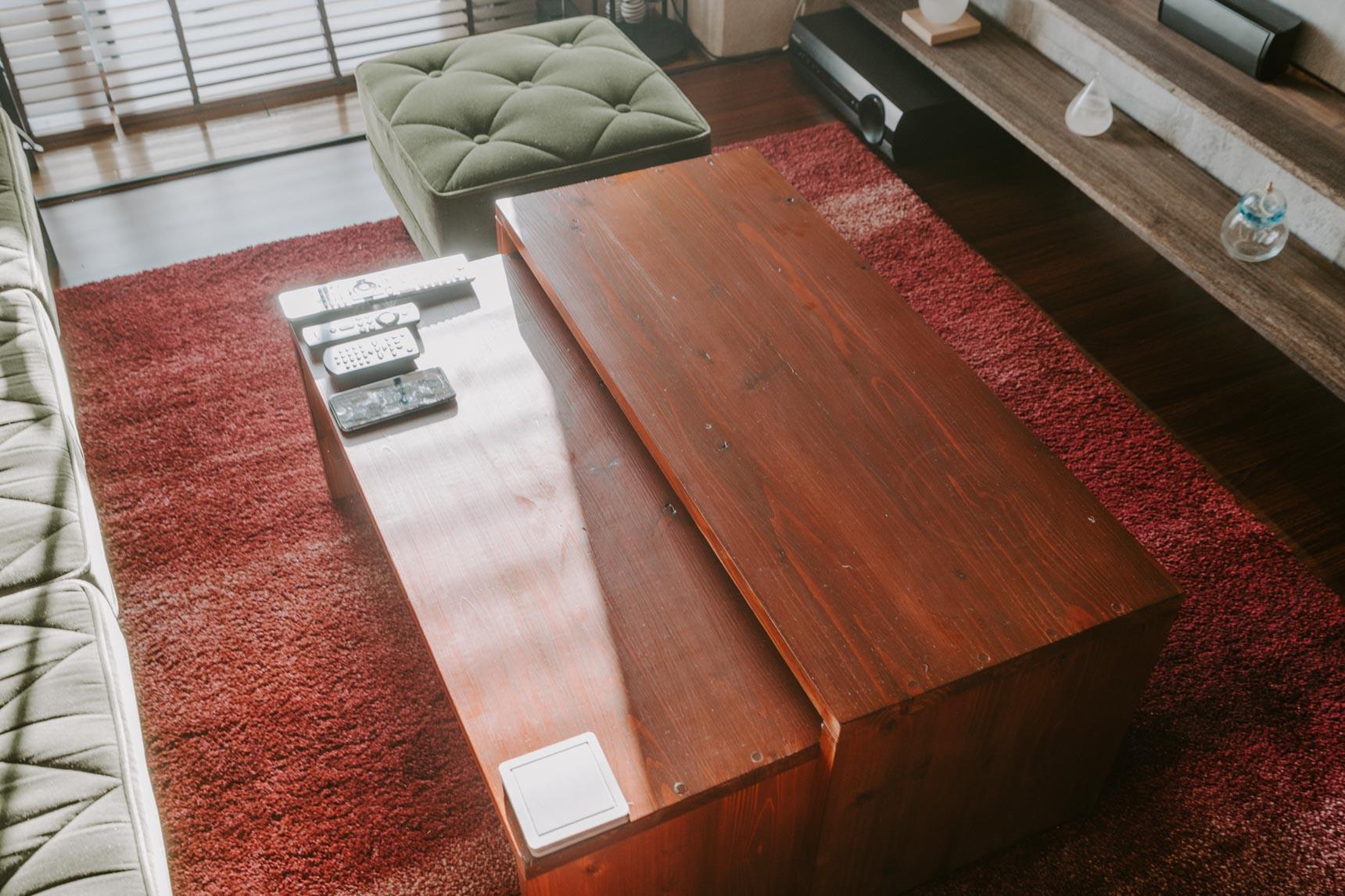 リビングにあったすっきりしたデザインのコーヒーテーブルも、自作。ネスト式になっていてリモコンなどが隠せるのがポイント。
