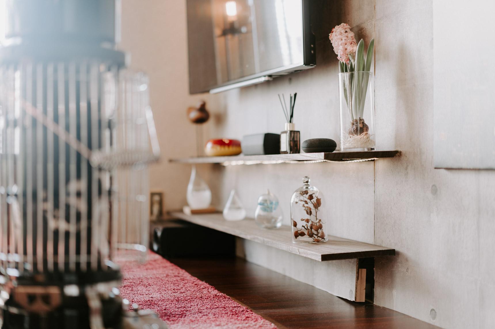リビングの壁には「ラブリコ」を利用して1枚壁を立て、棚をつけたり、テレビをつけたり。