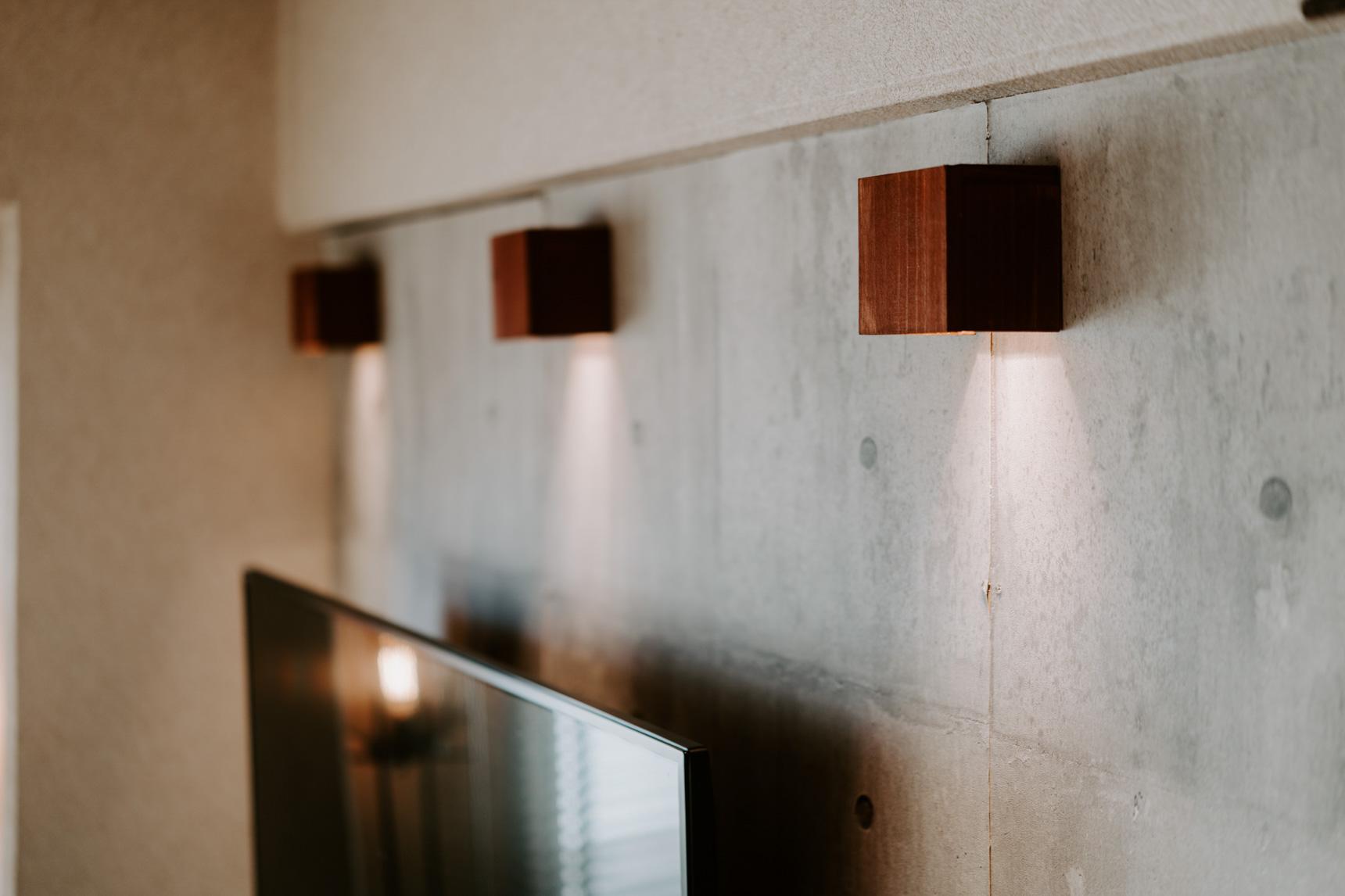 照明やテレビの配線は壁の後ろ側に隠せるため、かなりすっきり見えます。
