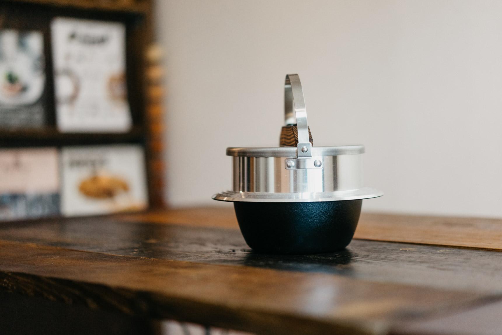 日本のかまどでよく使われていた「羽釜」の形を再現したユニフレームの「キャンプ羽釜」。家庭のガスコンロでも使用可能で、アウトドアでも普段の食卓でも活躍します。すり鉢形状の「釜」で対流が起きるため、美味しく炊けるのがポイント。