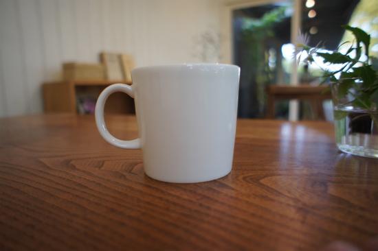 カフェ「くるみの木」オーナーの石村由起子さんに愛用品としてご紹介いただいた、イッタラのティーマシリーズ、0.3Lのマグカップ。持ちやすく、値段も手頃。それでいて、ずっと変わらない美しさがある。「用」と「美」を兼ね備えた名品です。