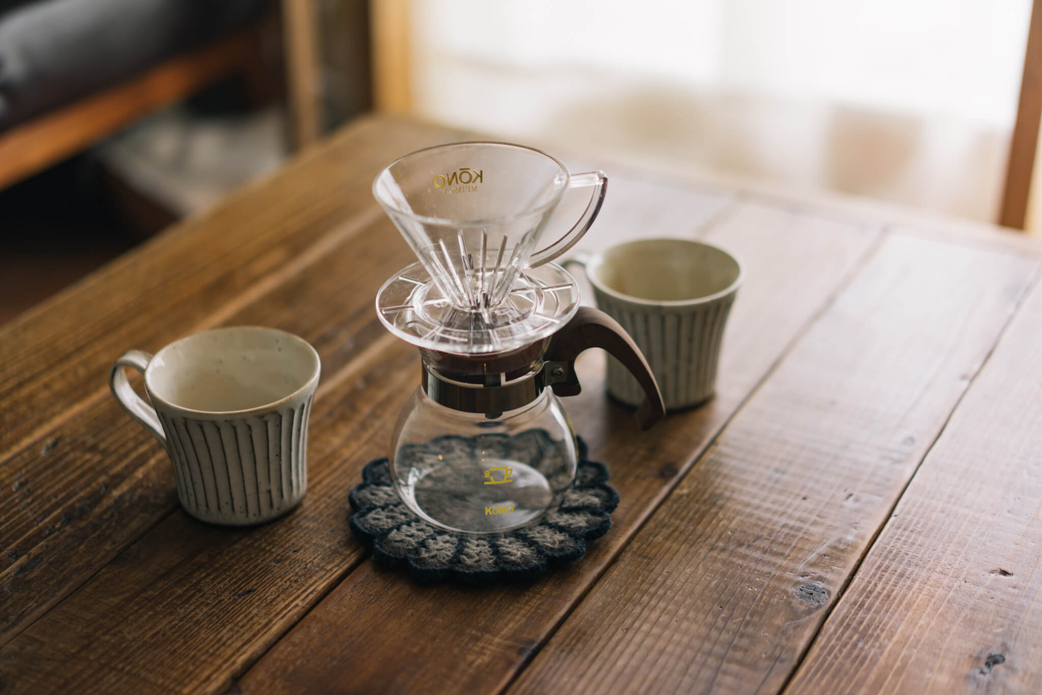 「カリタ式」「メリタ式」などと並んで、こちらもコーヒー好きに人気、プロも使用しているKONO式コーヒードリッパー。ウッドハンドルタイプのものはインテリアによく馴染みます。