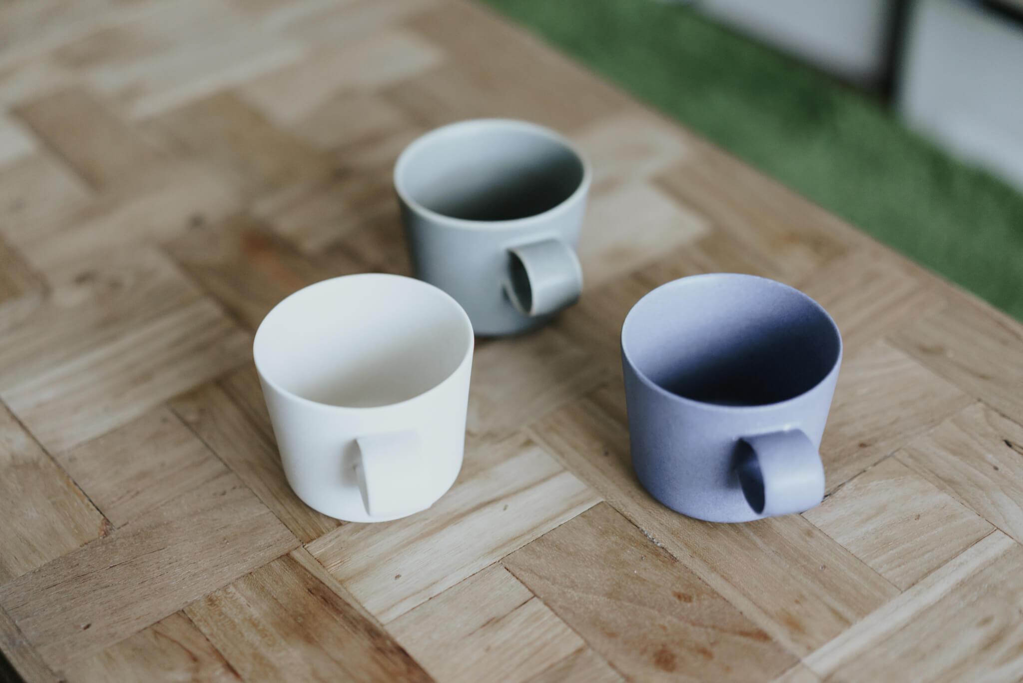 独特のマットな質感や、甘すぎないカラー展開が、なんとも絶妙なイイホシユミコさんのうつわ。こちらは、「Unjour」シリーズのマグカップ。