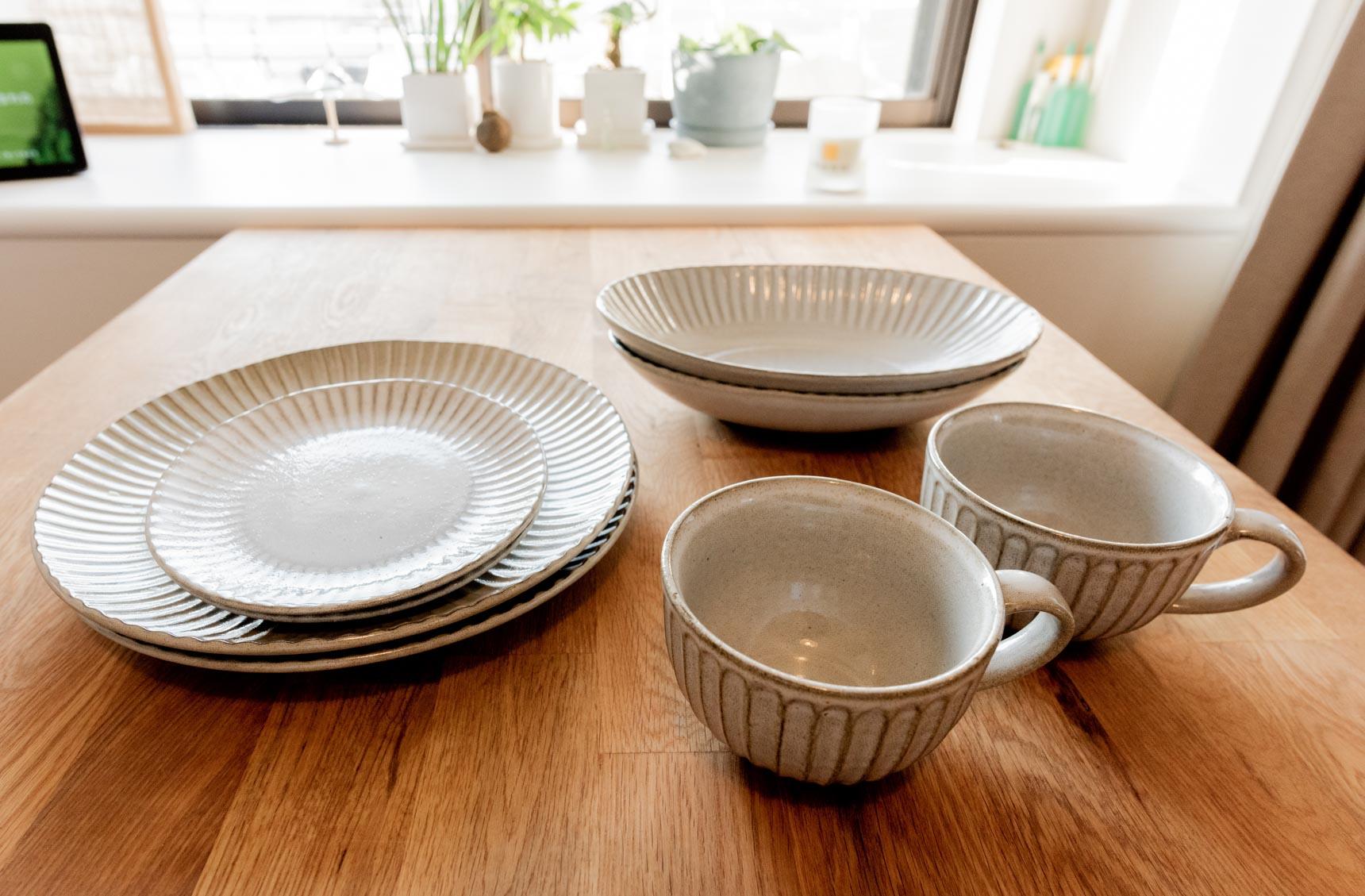 ニトリの『唐茶削ぎ』シリーズは、洋食にも和食にも合わせやすい、シンプルながら味わい深い器。スープマグは277円、だ円皿は555円という価格で、種類やサイズも様々なバリエーションがあるので、たくさん揃えて普段づかいにするのにとても向いています。