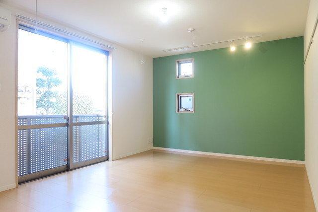 鮮やかなグリーンの壁紙が印象的なこのお部屋。居室の広さは10.2畳。大きな窓からたっぷりと陽射しが差し込みます。クロス側の壁にも小さな窓がちょこんと2つ。楽しい朝が迎えられそうなお部屋です。
