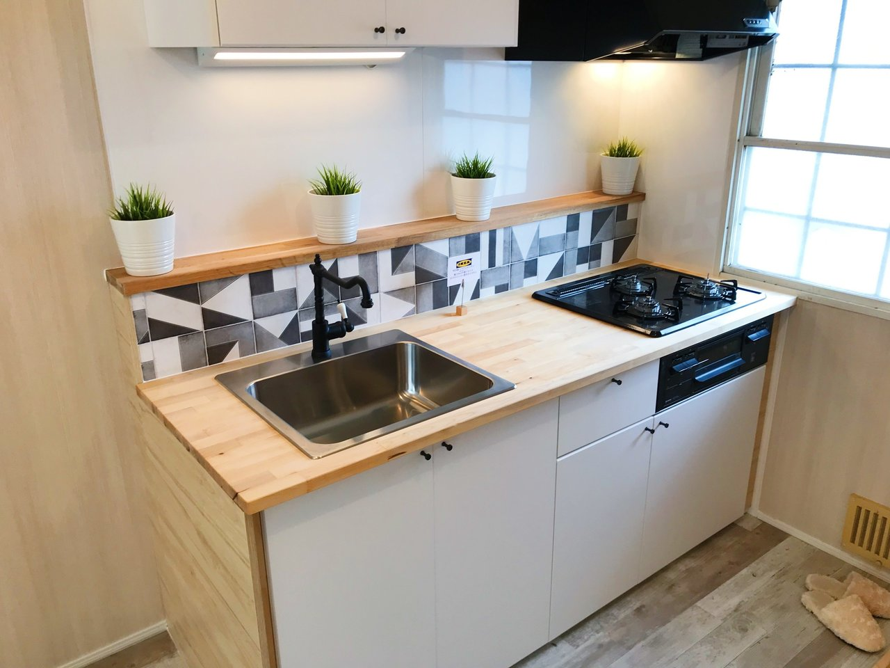 キッチンもおしゃれに。蛇口のアンティーク感、わかりますか。キッチン横の小窓もいいですね。明るい場所で料理をしましょう。