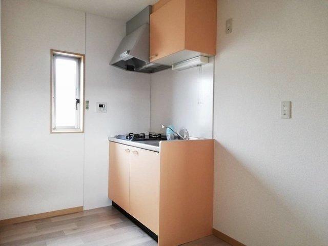 キッチンには小窓もついて換気もばっちり。オレンジ色の明るい色を使っているので、料理も楽しくできそうです。
