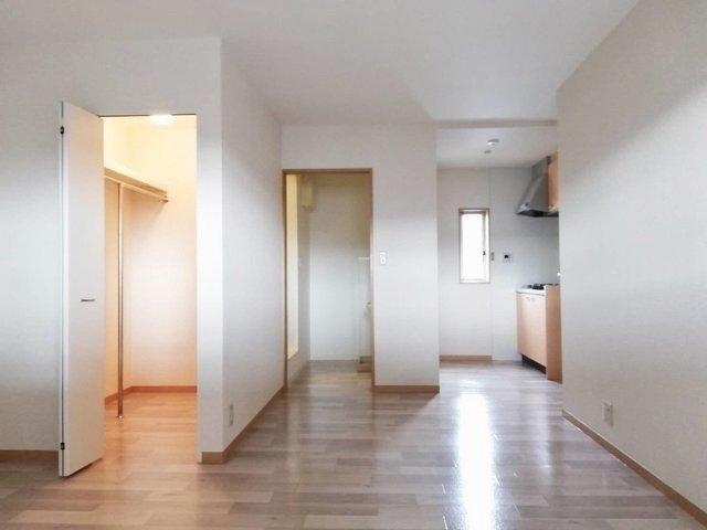 部屋にはウォークインクローゼットもあります。普通のクローゼットと違って広いので、荷物が多すぎて扉が閉まらない、なんてこともありませんよ。