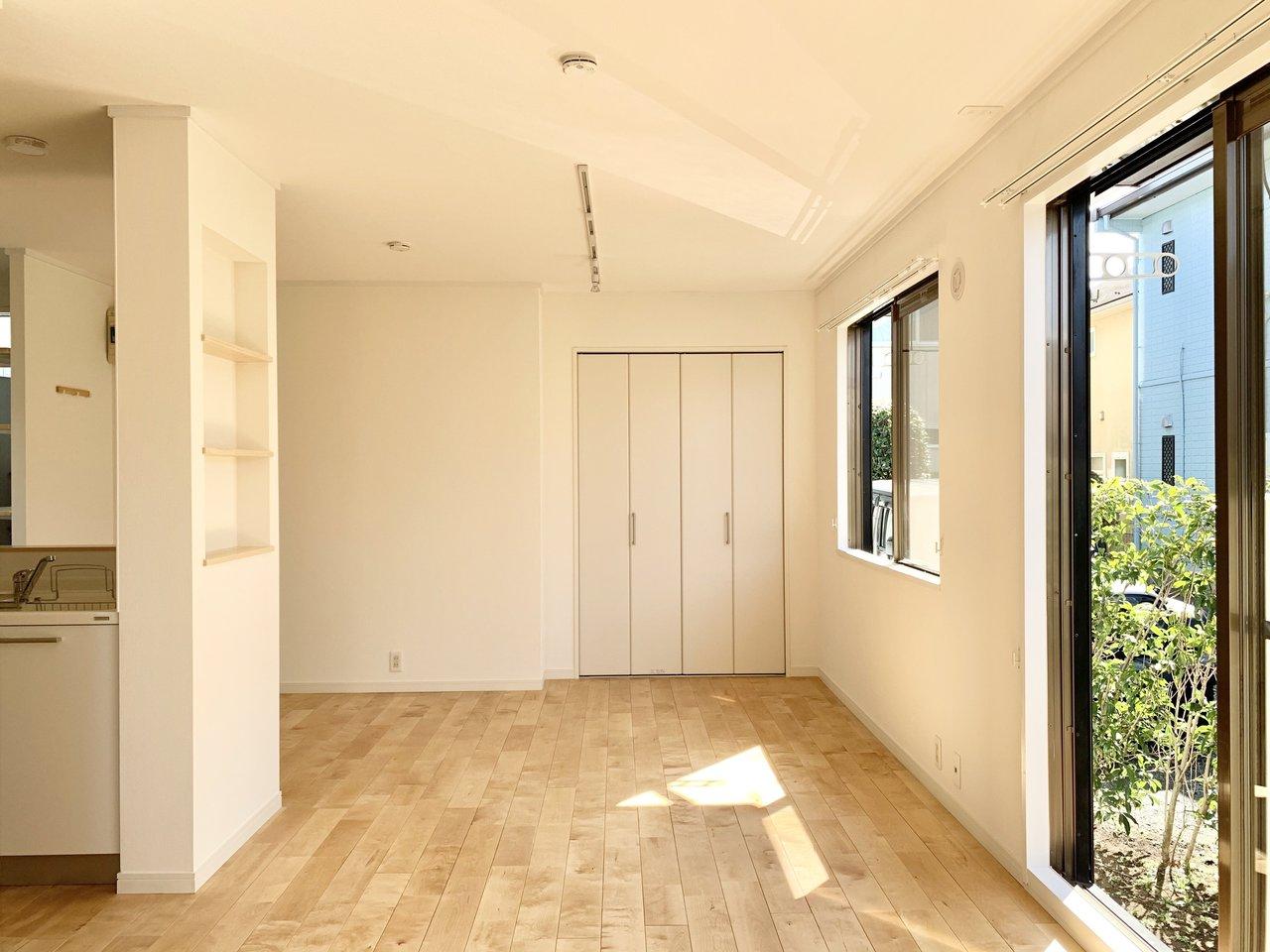 床面にはパーチの無垢材を使用しています。部屋全体が明るい印象になるのが特徴です。